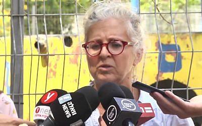 L'institutrice Tova Ludmer Gigi parle aux journalistes après qu'un obus de mortier lancé depuis Gaza a atterri dans la cour d'une école maternelle du sud d'Israël près de la frontière avec Gaza, le 29 mai 2018. (Crédit ; capture d'écran Ynet)