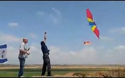 Les Israéliens essaient de lancer un cerf-volant brûlant au-dessus de la frontière à Gaza. (Capture d'écran: Twitter)
