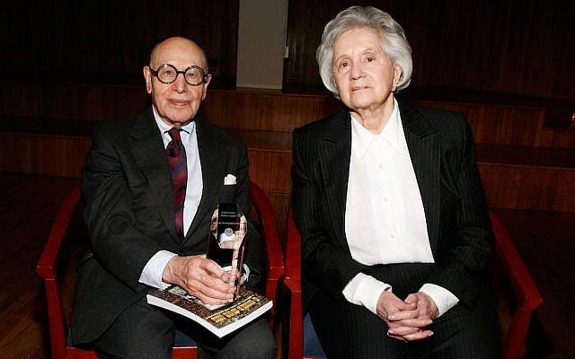 Gerson Leiber et la créatrice de sacs Judith Leiber lors d'un événement de commémoration de la Shoah au  Fashion Institute of Technology de New York, le 13 avril 2010 (Crédit : Amy Sussman/Getty Images via JTA)
