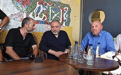 Le ministre de la Défense Avigdor Liberman, au centre, rencontre le chef du conseil régional du Golan Eli Malka, à gauche, et le chef du conseil régional de  Katrzin, Dmitry Apartzev, à droite, durant une visite de la ville de Katzrin sur le plateau du Golan, le 11 mai 2018 (Crédit :  Ariel Hermoni/ministère de la Défense)