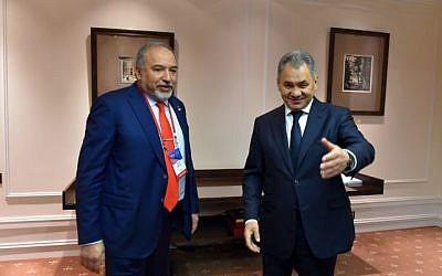 Le ministre de la Défense Avigdor Liberman rencontre le ministre russe de la Défense Sergei Shoigu à Moscou, le 26 avril 2017. (Ariel Hermoni/Ministère de la Défense)