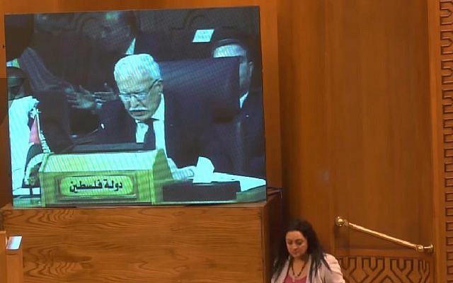 Le ministre des Affaires étrangères de l'Autorité palestinienne Riyad al-Malki s'exprime au Caire dans une allocution télévisée devant la Ligue arabe le 17 mai 2018. (Capture d'écran : YouTube)
