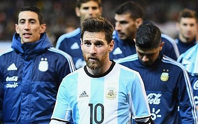 Lionel Messi, en Argentine, quitte le terrain lors du match du Brésil Global Tour entre le Brésil et l'Argentine au Melbourne Cricket Ground le 9 juin 2017 à Melbourne, en Australie. (Quinn Rooney / Getty Images via JTA)