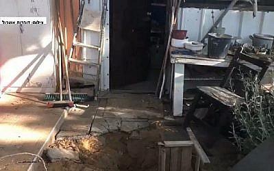 Cratère à l'extérieur d'une maison près de la frontière de Gaza causé par une roquette tirée depuis l'enclave côtière le 30 mai 2018. (Capture d'écran : Hadashot news/Eshkol Regional Council)