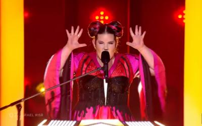 """Netta Barzilai d'Israël interprète """"Toy"""" lors de la première demi-finale de l'Eurovision 2018, le 8 mai 2018. (Capture d'écran : YouTube)"""