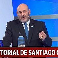 """Santiago Cuneo, l'ancien animateur de l'émission quotidienne """"1+1=3"""" de la chaîne Argentia lors d'une émission diffusée le 18 mai 2018. (capture d'écran : YouTube)"""