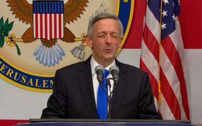 Robert Jeffress, un prédicateur baptiste de Dallas, lors de l'inauguration de l'ambassade américaine à Jérusalem, le 14 mai 2018. (Crédit : capture d'écran YouTube)