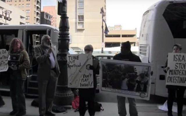 Des manifestants anti-israéliens à Philadelphie organisent un rassemblement le 6 avril. (Capture d'écran : YouTube)