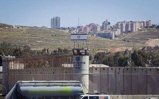 La prison militaire d'Ofer dans la ville de Betunia, en Cisjordanie, le 1er mai 2015 (Crédit : Miriam Alster/ Flash90)
