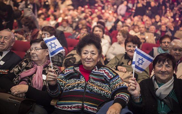 Des immigrants russes assistent à un événement marquant le 25e anniversaire de la grande Alyah russe de l'ex-Union soviétique en Israël, au Centre des congrès de Jérusalem, le 24 décembre 2015 (Hadas Parush / Flash90)