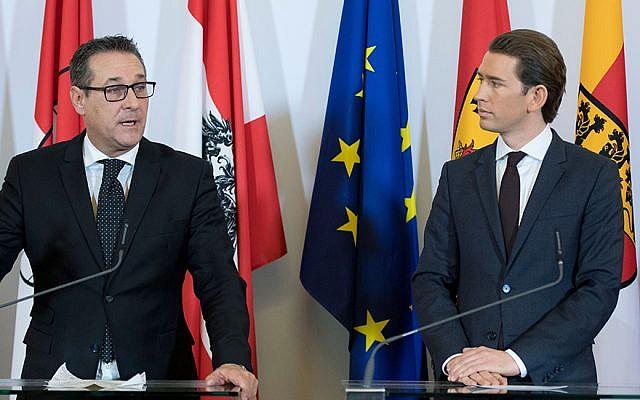 Le chancelier Sebastian Kurz, (à droite), du Parti du peuple autrichien et le vice-chancelier Heinz-Christian Strache du Parti de la liberté donne une conférence de presse à Vienne après leur première réunion du Cabinet, le 19 décembre 2017. (Joe Klamar / AFP / Getty Images via JTA)