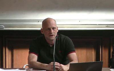 L'historien Tal Bruttmann lors d'un colloque à la Sorbonne en mai 2017 (Crédit: capture d'écran Youtube/Faculté des Lettres de la Sorbonne)