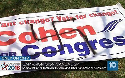 Une affiche de campagne du candidat juif au congrès Lawrence Cohen vandalisée par un dessin de croix gammée, au mois de mai 2018 (Capture d'écran : Ohio Channel 10 News)