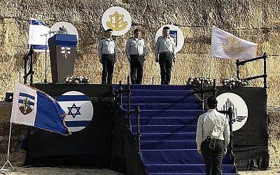 Yoav Mordechai (à droite), coordinateur sortant des activités gouvernementales dans les Territoires, son successeur Kamil Abu Rokon (à gauche) et le chef d'état-major Gadi Eisenkot (au centre), lors d'une cérémonie de prestation de serment en Cisjordanie, le 1er mai 2018 (Jacob Magid / Times of Israël)