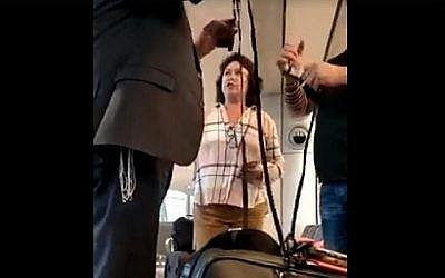 Pnina Peri réprimande un homme pour avoir mis des tefillins à l'aéroport Ben Gurion le 28 mai 2018. (Capture d'écran: Facebook / Gad Kaufman)
