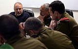 Le ministre de la Défense, Avigdor Liberman, à gauche, rencontre des officiers supérieurs du Commandement sud de Tsahal, dont le chef de Tsahal Eizenkot, au centre, et le général de division Herzl Halevi, le 12 juin 2018. (Ariel Hermoni/Ministère de la Défense)