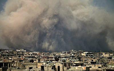 Sur cette photo, de la fumée s'élève d'une frappe présumée sur une zone détenue par les rebelles dans le sud de la ville syrienne de Daraa (Crédit : / AFP PHOTO / Mohamad ABAZEED)