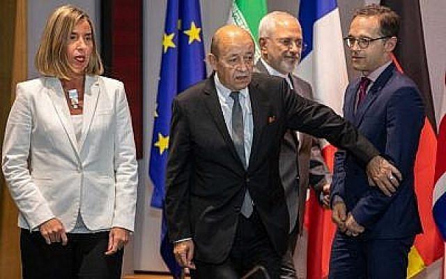 Le ministre iranien des Affaires étrangères Mohammad Javad Zarif (2e D), le ministre français des Affaires étrangères Jean-Yves Le Drian (2e G), le ministre allemand des Affaires étrangères Heiko Maas (D), la Haute représentante de l'UE pour les Affaires étrangères Federica Mogherini et le ministre britannique des Affaires étrangères arrivent pour une réunion de l'UE/E3 avec l'Iran au siège de l'UE, à Bruxelles, le 15 mai 2018. (AFP Photo/Pool/Olivier Matthys)