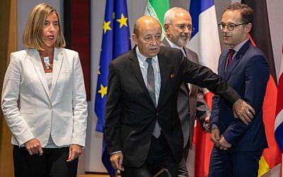 Le ministre iranien des Affaires étrangères Mohammad Javad Zarif (2e D), le ministre français des Affaires étrangères Jean-Yves Le Drian (2e G), le ministre allemand des Affaires étrangères Heiko Maas (D), la Haute représentante de l'UE pour les Affaires étrangères Federica Mogherini et le ministre britannique des Affaires étrangères arrivent pour une réunion de l'UE/E3 avec l'Iran au siège de l'UE à Bruxelles le 15 mai 2018. (AFP Photo/Pool/Olivier Matthys)