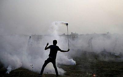 Un participant palestinien à une manifestation le long de la frontière entre Israël et la bande de Gaza, à l'est de la ville de Gaza, le 25 mai 2018. (AFP/Mohammed Abed)