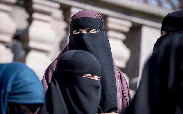 Des femmes portant le niqab sortent du Parlement danois à Copenhague, au Danemark, le 31 mai 2018. (AFP PHOTO / Ritzau Scanpix / Mads Claus Rasmussen)
