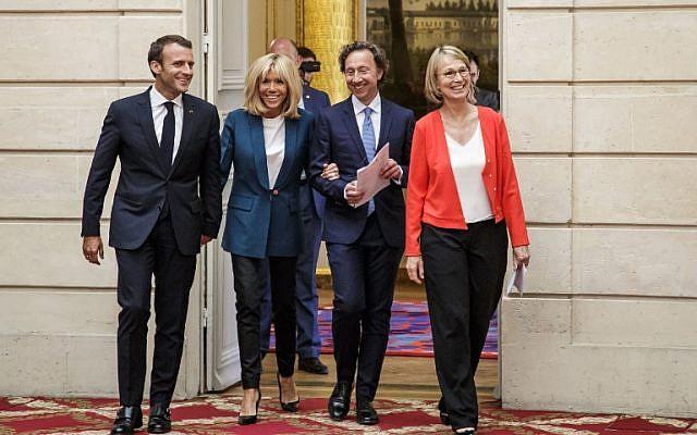 Le président français Emmanuel Macron, à gauche, son épouse Brigitte Macron, au centre, l'animateur de télévision et conseiller au patrimoine culturel  Stephane Bern, 2ème à droite, et la ministre de la Culture  Francoise Nyssen arrivent pour une conférence de présentation du plan de préservation des sites du patrimoine au palais de l'Elysée, à Paris, le 31 mai 2018 (Crédit :  . / AFP PHOTO / POOL / Christophe Petit Tesson)