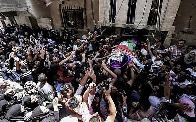 Des Palestiniens portent le corps de Razan al-Najjar, 21 ans, lors de ses funérailles à Khan Younès, le 2 juin 2018. (AFP/Mahmud Hams)