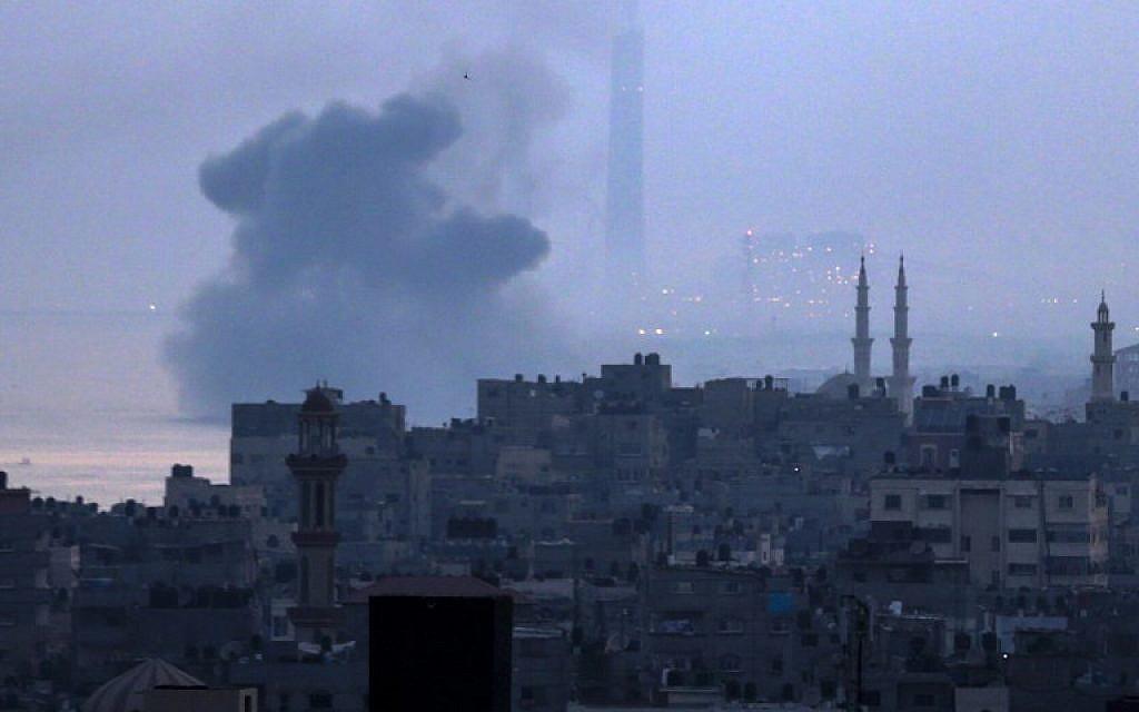 Une photo prise depuis la ville de Gaza le 3 juin 2018 montre des panaches de fumée qui s'élèvent après une attaque aérienne israélienne à Beit Lahia dans le nord de la bande de Gaza.(AFP PHOTO / Mahmud Hams)