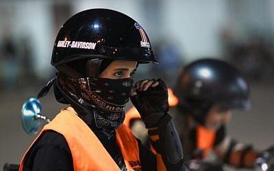 Une Saoudienne prend des cours de moto au Bikers Skills Institute, en périphérie du Ryad, le 3 juin 2018. (Crédit : AFP/ FAYEZ NURELDINE)
