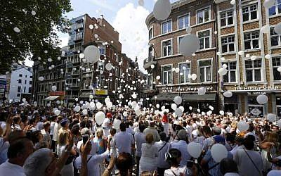 Près de 3 000 personnes, la plupart vêtues de blanc, ont marché dimanche à Liège (est de la Belgique) en mémoire des trois victimes, dont deux policières, de l'attaque de mardi revendiquée par le groupe jihadiste Etat islamique (EI), le 3 août 2019. (Crédit : AFP / BELGA / NICOLAS MAETERLINCK)