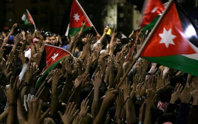 Des Jordaniens manifestent devant la résidence du Premier ministre à Amman, dans la nuit du 3 au 4 juin 2018. (Crédit : AFP/ Khalil MAZRAAWI)