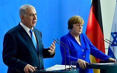 La chancelière allemande Angela Merkel et le Premier ministre israélien Benjamin Netanyahu donnent une conférence de presse après une réunion à la Chancellerie à Berlin le 4 juin 2018. (AFP PHOTO / Tobias SCHWARZ)