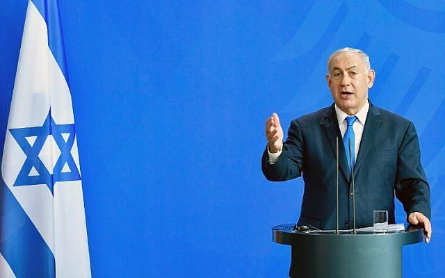 Le Premier ministre Benjamin Netanyahu durant une conférence de presse conjointe avec la chancelière allemande Angela Merkel, à Berlin, le 4 juin 2018. (Crédit : AFP/ Tobias SCHWARZ)