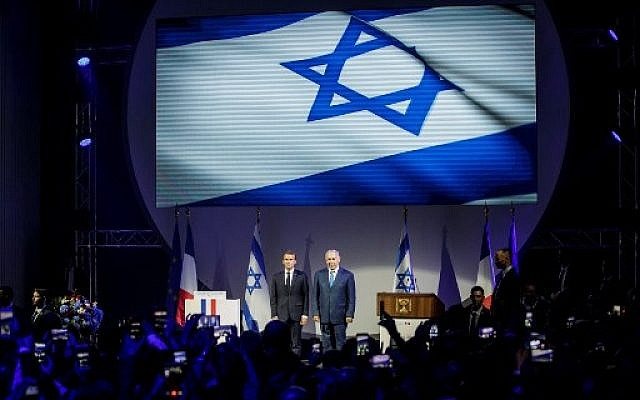 """Emmanuel Macron et Benjamin Netanyahu au lancement de l'exposition """"Israel@Lights"""", au Grand Palais à Paris,le 5 juin 2018. (Crédit : AFP / POOL / Christophe Petit Tesson)"""