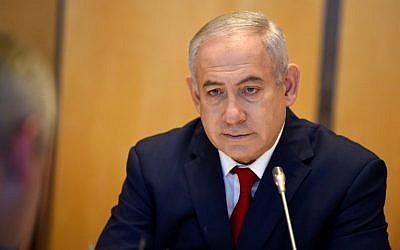 Le Premier ministre israélien Benjamin Netanyahu assiste à une réunion avec le ministre français de l'Economie et les entrepreneurs au ministère français de l'Economie à Paris le 6 juin 2018. (Crédit : AFP / ERIC PIERMONT)