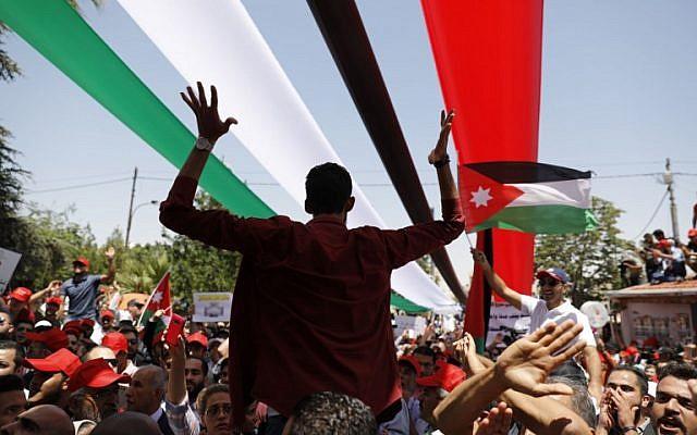 Les manifestants jordaniens scandent des slogans durant un assemblement anti-austérité à Amman, le 6 juin 2018 (Crédit : / AFP PHOTO / AHMAD GHARABLI