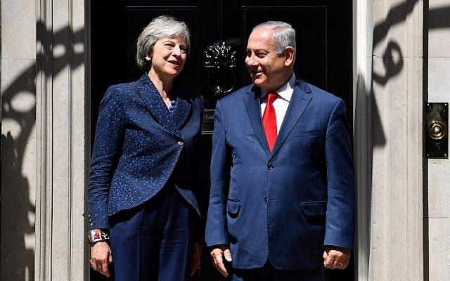 Theresa May et Benjamin Netanyahu devant le 10 Downing Street, à Londres, le 6 juin 2018. (Crédit : AFP/Ben STANSALL)