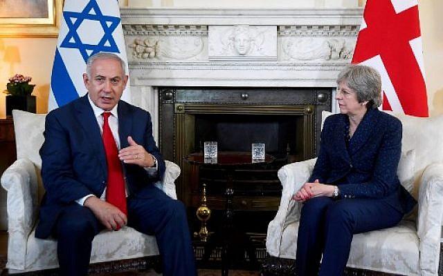Theresa May et Benjamin Netanyahu au 10 Downing Street, à Londres, le 6 juin 2018. (Crédit : AFP / POOL / TOBY MELVILLE)