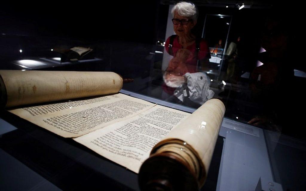 """Un rouleau de Torah présenté dans l'exposition """"Savants et croyants, les Juifs d'Europe du Nord au Moyen-Age"""" au musée des Antiquités de Rouen, en France, le 7 juin 2018. (Crédit : AFP / CHARLY TRIBALLEAU)"""