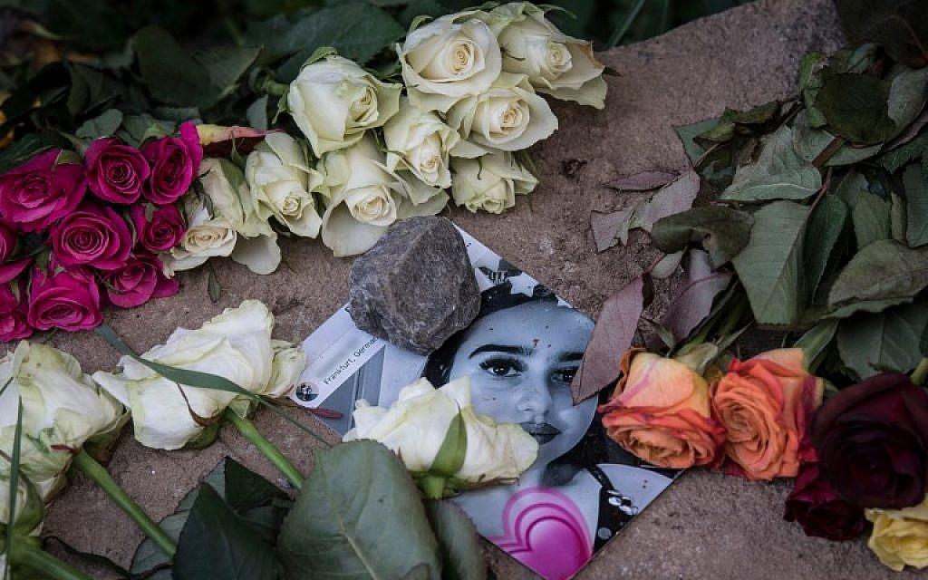 Des roses recouvrent la photo de Susanna Maria Feldman, 14 ans, tuée à Wiesbaden, Allemagne, vendredi 8 juin 2018. (AFP PHOTO / dpa / Boris Roessler)