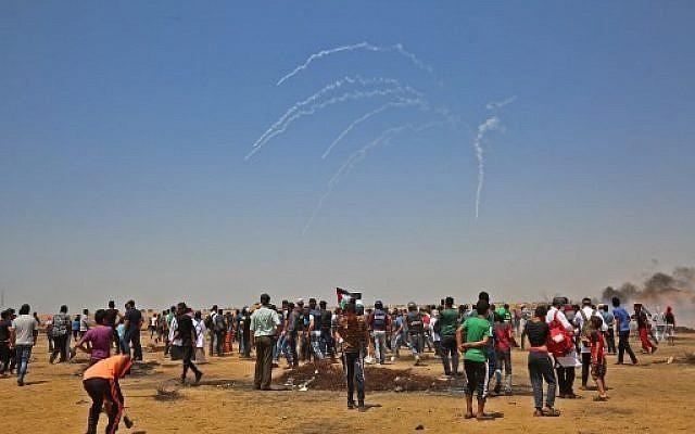 Des Gazaouis réunis pendant une émeute à la frontière entre Gaza et Israël, le 8 juin 2018. (Crédit : AFP / SAID KHATIB)