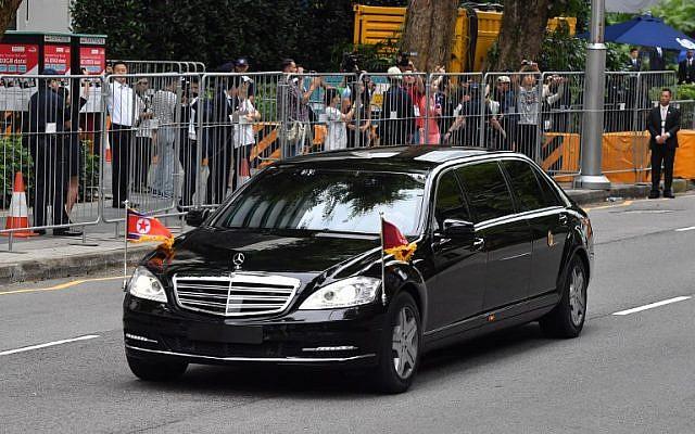 La voiture transportant le leader nord-coréen Kim Jong Un en partance pour Sentosa, l'île touristique où Kim a rencontré le président américain Donald Trump pour un sommet Etats-Unis-Corée du nord, depuis son hôtel de Singapour, le 12 juin 2018 (Crédit :  AFP PHOTO / ADEK BERRY)