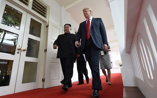 Le leader nord-coréen Kim Jong Un, à gauche, marche aux côtés du président américain Donald Trump au début de leur sommet historique Etats-Unis-Corée du Nord, au Capella Hotel, sur l'île de Sentosa de Singapour, le 12 juin 2018  (Crédit : AFP PHOTO / SAUL LOEB)