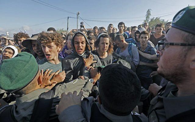 Des résidents se bagarrent avec les forces de sécurité dans l'implantation de Netiv Haavot, près de Bethléem, en Cisjordanie, le 12 juin 2018. (AFP PHOTO / Menahem KAHANA)