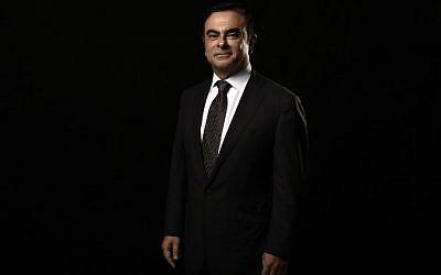 Sur cette photo prise le 8 novembre 2014, le directeur-général du fabricant automobile Carlos Ghosn pose à Paris, à la cité de la Réussite (Crédit :  / AFP PHOTO / Lionel BONAVENTURE)