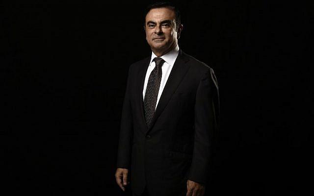 Sur cette photo prise le 8 novembre 2014, le directeur-général du fabricant automobile Carlos Ghosn pose à Paris, à la cité de la Réussite. (Crédit :  / AFP PHOTO / Lionel BONAVENTURE)