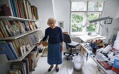Judith Kerr, auteure de littérature pour la jeunesse et dessinatrice, à son domicile londonien, le 12 août 2018. (Crédit : AFP/Tolga Akmen)