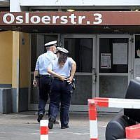 Des policiers entrent dans un appartement d'un homme suspecté de créer des armes biologiques, à Cologne, le 14 juin 2018.Policemen enter on June 14, 2018 (Crédit : AFP / dpa / Oliver Berg / Germany OUT