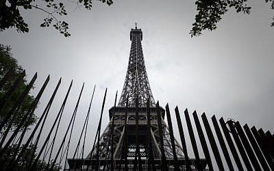 Une partie du grillage installé autour de la Tour Eiffel, dans le cadre de la luttte anti-terroriste, à Paris, le 14 juin 2018. (Crédit : AFP / Philippe LOPEZ)