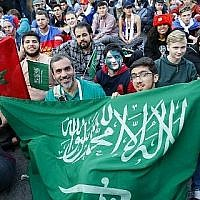 Les supporters de l'équipe nationale de football de l'Arabie saoudite posent alors qu'ils regardent le match de football du Groupe A de la Coupe du monde de Russie 2018 entre la Russie et l'Arabie saoudite dans la zone des supporters près du bâtiment principal de l'Université d'Etat de Moscou à Moscou le 14 juin 2018. (AFP Photo/Maxim Zmeyev)